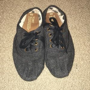 LACE UP TOMS!! Size 8